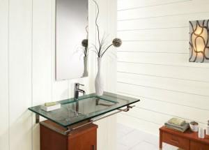 Дизайн ванной комнаты в светлых тонах, где использовались только панели из пластика
