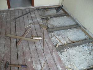 Фото подготовительного этапа, перед тем как начинать укладку плитки на деревянное покрытие