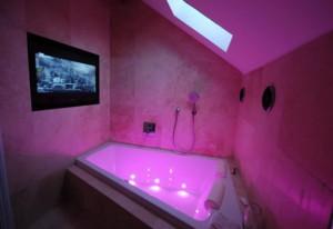 Фотография подсветки ванной комнаты розового цвета