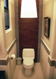 Приятный дизайн туалета с окном