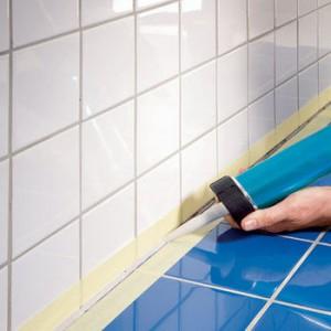 Процедура нанесения герметика в шов между стеной и ванной