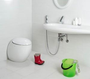 Фото смесителя с гигиеническим душем, который установлен в ванной комнате