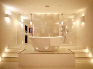 Фото максимально безопасного подключенного освещения ванной комнаты