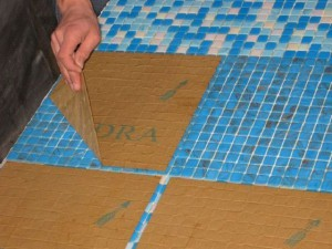 Заключительный этап укладки плитки - снятие защитной пленки