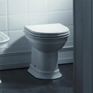 Фотография установленного в ванной комнате унитаза приставного типа