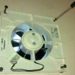 Установка шаг 2 - необходимо закрепить устройство используя саморезы, и установить крышку