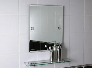 Фото установленного зеркала в ванной комнате