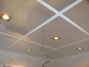 Фото установленного подвесного потолка в ванной комнате