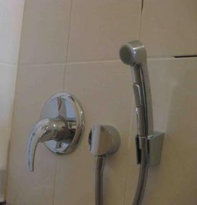 Фото установленного смесителя, в который встроен гигиенический душ