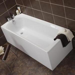 Установленный акриловый вкладыш в чугунную ванную