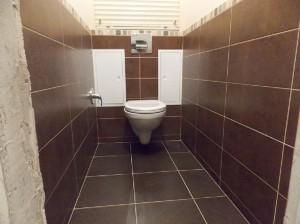 Заключительный этап ремонта туалета - установка дверей