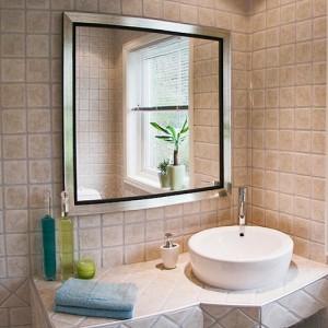 Установленное зеркало в ванной комнате