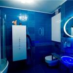 Дизайн совмещенной ванной комнаты в синем цвете
