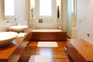 Фото деревянного лакированного пола в ванной комнате
