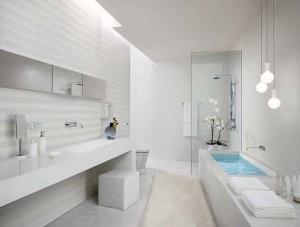 Фотография интерьера совмещенной ванной комнаты в белом цвете