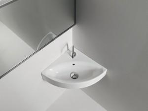 Минималистичный дизайн ванной с использованием углового умывальника