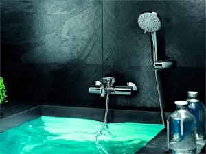 Дизайн ванной комнаты со стильным смесителем