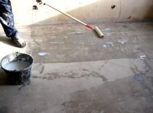 Фото процедуры грунтовки поверхности