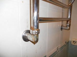 Пример коррозии полотенцесушителя, которая вызывает просачивание воды