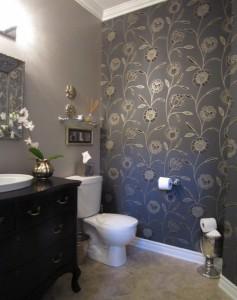 Фото дизайна ванной, в которой были оклеены обои