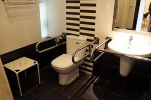 Пример дизайна ванной комнаты, которая оборудована под нужды инвалида