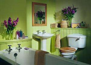 Покрашенная в зеленый цвет ванная комната