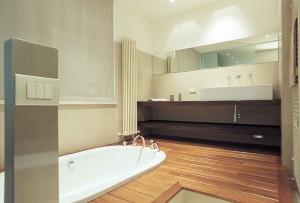 Фото пола из дерева, который используется в ванной