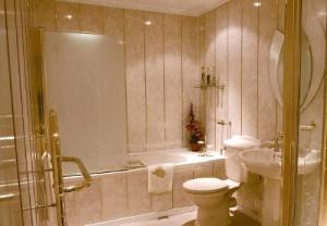 Фото ванной, которая отделана пластиковыми плитками