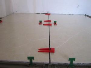 Фото правильного использования систем для выравнивания плитки