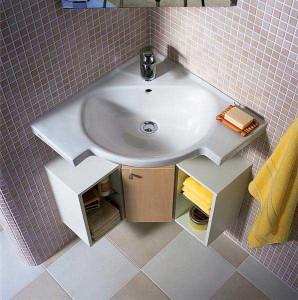 Установленная угловая раковина в ванной комнате