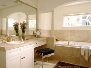 Фото ванной комнаты из мрамора с окном