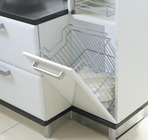 Пример корзины для белья, которая встроена в мебель