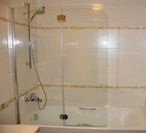Фотография стеклянных штор в ванной