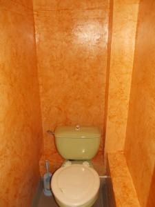 Фото готовой отделки санузла декоративной штукатуркой