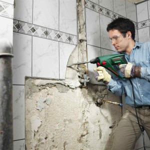 Фото процедуры демонтажа плитки со стен