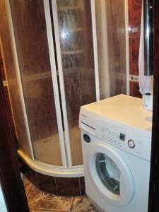 Фото установленной душевой кабины в маленькой ванной комнате