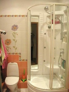Фото душевой кабины в небольшой ванной комнате
