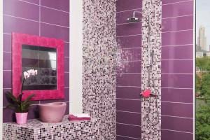 Фото дизайна ванной комнаты с фиолетовой плиткой