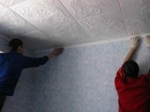 Процедура наклеивания потолочной плитки из пенопласта