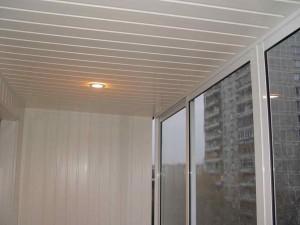 Фото установленного потолочного плинтуса на балконе