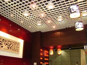Фото потолка Грильято в ванной комнате
