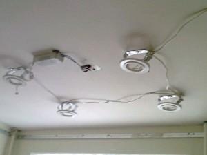 Фото процедуры установки светильников в натяжной потолок