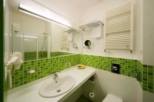 Фото зеленой плитки в дизайне ванной