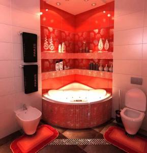 Фото дизайна красной ванной