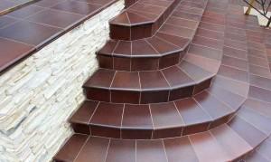 Фото уложенной плитки на ступени уличной лестницы