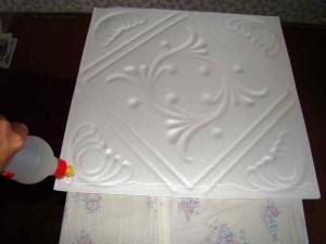 Фото процедуры оклеивания потолочной плитки из пенополистирола