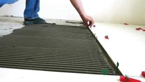 Укладываем плитку на пол